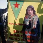 Erinnerung an YPJ-Kämpferin: Kurdische Aktivisten halten ein Transparent mit dem Konterfei von Perwin Mustafa Dihap (Suruc, 7.11.2014)