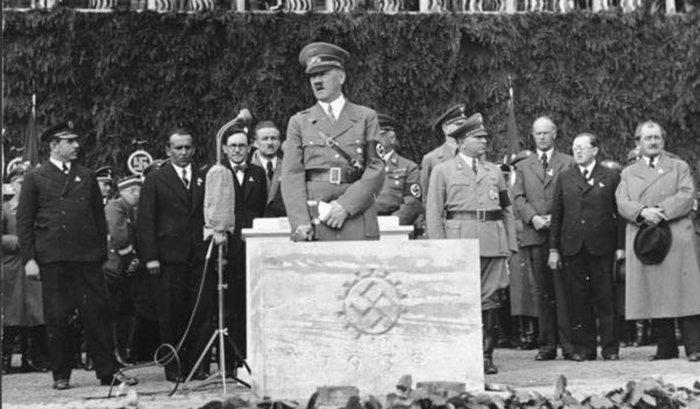 Ein »Symbol der nationalsozialistischen deutschen Volksgemeinschaft« sollte es werden, so Hitler am 26. Mai 1938 bei der Grundsteinlegung (ganz rechts im Bild Ferdinand Porsche)